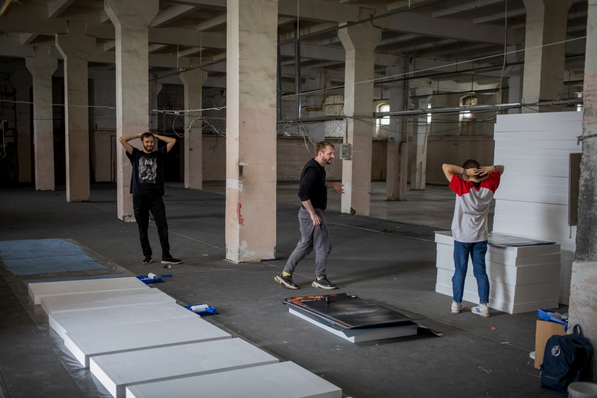 «ФотON»: монтаж инсталляции Игоря Самолёта «End to end»